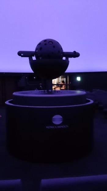 現在の投影機は『コニカミノルタプラネタリウムジェミニスターⅢ』。 宇宙旅行をしているかのような全天周デジタル映像が鑑賞でき、個性豊かなフタッフの解説が楽しめます。