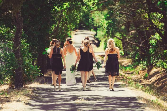 白いドレスを着ていくのは絶対にNGです。白っぽい服などもできる限り避けましょう。 主役はあくまで花嫁。純白のドレスに身を包む花嫁より目立たないよう、控えめなファッションで参加するのがベターです。