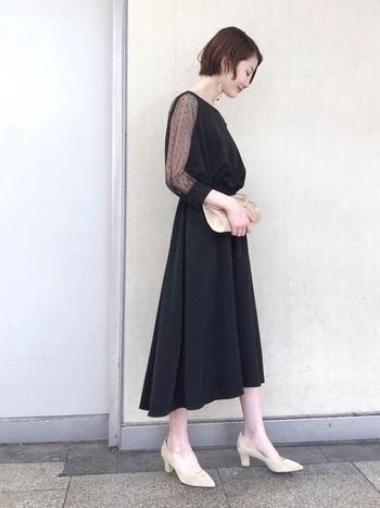 黒ドレスを選ぶ時は、デザインや素材感に華やかさがあるものを選びましょう。アクセサリーやバッグ、靴に程よく白系を取り入れ、全身を黒系で統一しないこともポイントのひとつです。