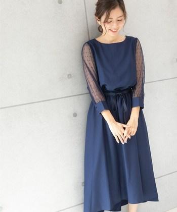 イノセントな雰囲気のある、上品なネイビードレス。光沢感とシースルーのドット柄のお袖なので、地味にならずにシンプルおしゃれに着こなせます。