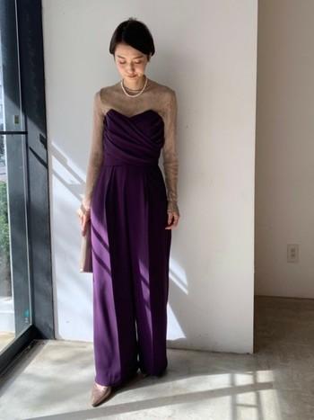 クールなパンツスタイルで周りとちょっと差をつけて。色がはっきりしているデザインドレスなので、アクセサリーは控えめに。
