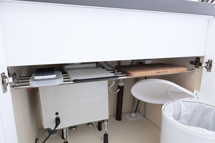 上部にポールやつっぱり棒を設置すれば、まな板などの薄いアイテムを効率よく収納できます。ポールにS字フックをかけると、さらに収納の幅が広がります。