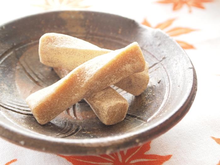 駄菓子でもお馴染みのきなこ棒。実はきなことハチミツだけで、おうちでも作ることができます。作り方も材料をビニール袋で揉み込んで、一口大に切って冷やすだけと簡単♪素朴で優しい甘さがクセになるおやつです。きなこの大量消費にどうぞ!
