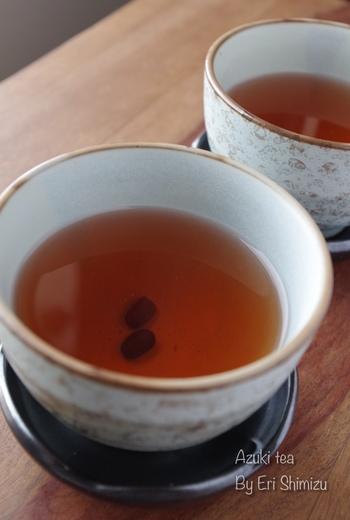 焙煎した小豆を煎じて飲む「小豆茶」。焙煎というと難しそうですが、オーブンやフライパンでじっくり焼けばOK!カフェインレスで冷えやむくみに効果が期待できる、女性に人気のお茶です。飲みやすい味なので、ぜひ一度試してみて♪