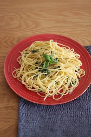 材料はフレッシュバジルににんにく、粉チーズ。味付けはオリーブオイルに塩、ブラックペッパーのみ!粉チーズが入ることでちょっぴりコクがプラスされます。