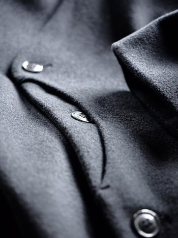 コートのポケットフラップや襟の裏などの細かな部分にまで目を光らせ、丁寧にブラッシングしましょう。
