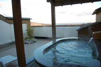 こちらのホテルで特におすすめなのが、露天風呂付きのお部屋です。安楽島温泉の源泉を利用した美肌の湯をプライベートに楽しむことができます。海からの風が渡る露天風呂なんて、贅沢ですね。