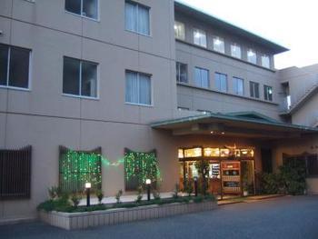 どこか懐かしさを覚える温泉旅館、湯元海女乃島。四季折々の絶景を眺めながら、足湯や露天風呂に浸かることができます。