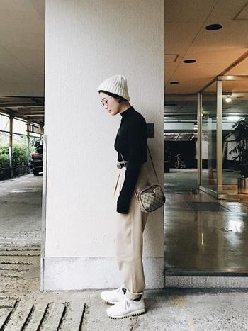 メンズライクなコーデっぽく見えるのに、小さめのポシェットや白のニット帽などで可愛らしさもプラス。何よりのポイントはウエストに黒ベルトでコーデに引き締め感を出していること。これだけでコーデが見違えますよ!