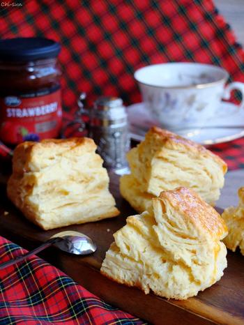 """イギリスのティータイムに欠かせないスコーン。他のお菓子と違ってスコーンは適度な「雑さ」が命。「大体な感じ」でやればやるほどザクッ→しっとり→ふんわりの3重""""層""""に仕上がります♪"""
