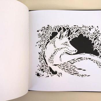 レーザーカッターによる緻密な切り絵で表現された月夜の森を動物たちと一緒に散歩しましょう。