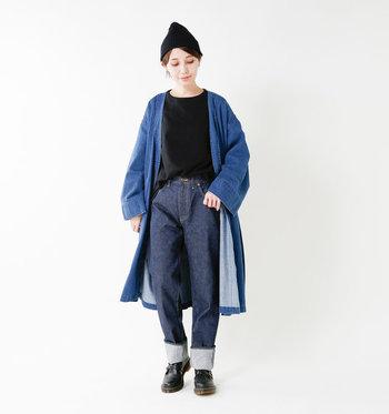ブルーとブラックで作る、こなれ感のあるバイカラーコーデ。トップスのフロント部分だけをジーンズにインすることで、旬の着こなしが完成です。