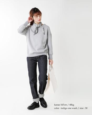 グレーのスウェットとジーンズという定番のカジュアルなスタイルも、ボーイジーンズを選ぶことで、ちょうどいい大人っぽさが。トップスと同系色のスカーフが、着こなしのアクセントに。