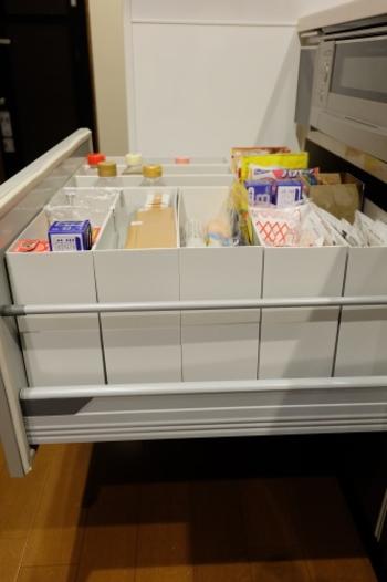 ファイルボックスは、仕切りのように中でズレることもなくきれいに区分けして収納することができます。  デッドスペースになりがちな上部空間も有効活用でき、並べ替えや移動するときも便利です。