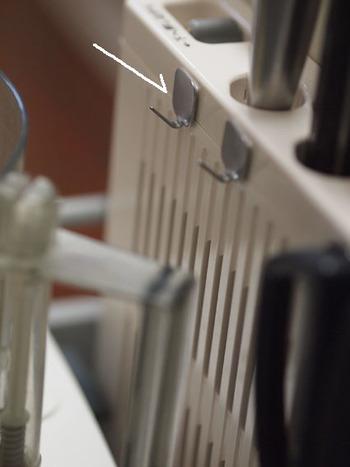 マグネットが貼りつかない場所には、粘着テープつきのフックを利用するのもアリ。  粘着テープ付きのフックは、素材的に大丈夫であれば、ほんのわずかなスペースにも貼ることができます。