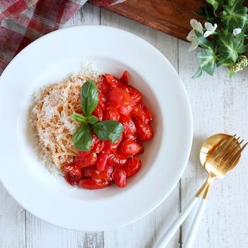 ミニトマトをたっぷり1パック使った超簡単ポモドーロ。ミニトマトの旨味がギュッとつまった一品。仕上げのパルミジャーとバジルで風味アップ♪
