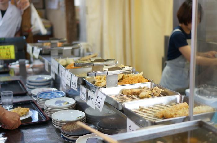 香川ではメニューを見て注文する「一般店」の他に、「セルフ」と「製麺所」タイプのお店があります。「セルフ」は自分で具材や出汁を入れるお店で、学食のような雰囲気。「製麺所」は麺の卸のかたわらにイートインスペースがあり、セルフよりもさらにセルフ度が高めとなります。