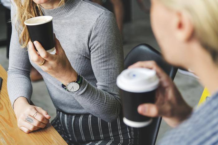 職場でも家庭内でも必要とされるコミュニケーション能力とは、「他者とコミュニケーションをうまく図ることができる能力」のことをいいます。具体的には以下の3つの能力を指します。  ①伝える能力 ②受け取る能力 ③非言語コミュニケーション能力  これらの能力を磨き、コミュニケーションスキルをアップしていきましょう!