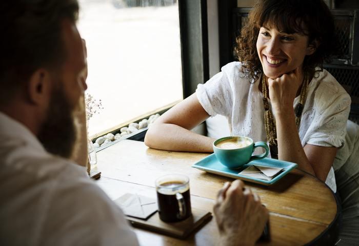 会話で重要なのは話す時の表情や姿勢。日頃から、鏡でチェックしておくのがオススメです。特に、目と口角には要注意。鏡の前で普段の笑顔を作ってみてください。思った以上に目だけが笑っていなかったり、口角が下がり気味になってはいないでしょうか?  また、目も合わせず、スマホを操作しながら会話をすると、相手は「適当にあしらわれているのかな」、「自分の話なんてどうでもいいのかな」と不信に思い、話す気も心を開く気もなくなってしまいます。それはとても失礼な態度にあたりますので、注意が必要です。