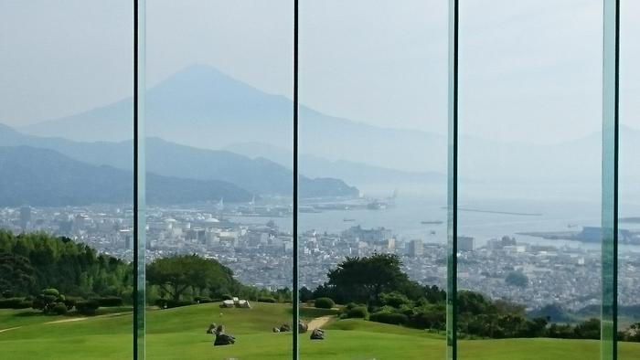 """「日本平ホテル」は静岡県中部の人気ナンバーワンホテル。大きなガラス窓から壮大な富士山や駿河湾が、さらに静岡の街並みの向こうに伊豆半島まで見ることができます。あまりに眺めが美しいことから""""風景美術館""""と評されているほど。宿泊はしないとしても、庭を散歩してカフェでお茶を飲むためだけでも足を運んでほしい場所です。"""