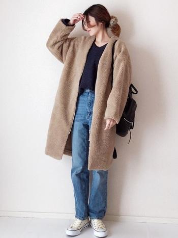 着ぶくれしがちなムートンコートも、スッキリとしたハイウエストストレートデニムと合わせれば、バランスの良い大人スタイルに。トップスはデニムにイン。こなれた雰囲気がおしゃれです。