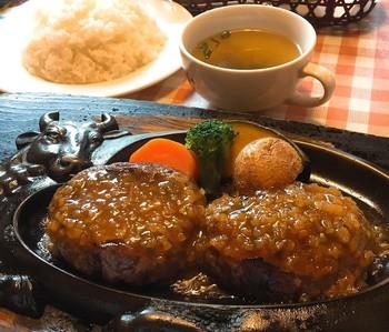 炭焼きレストラン「さわやか」を知っているというあなたは、静岡通ですね! 県内に32店舗ある人気店で、各地どの店も行列必至。看板メニューは、肉汁たっぷりのげんこつハンバーグ。焼き具合はレア、ソースはオニオンが美味しい定番。一口でやみつきになってしまうほどのインパクトがあるハンバーグです!