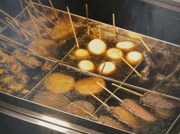 牛スジの旨味がしみ込んだ静岡おでん。絶対外せないタネは黒はんぺんです!だし粉と青のりをふりかけて召し上がれ♪