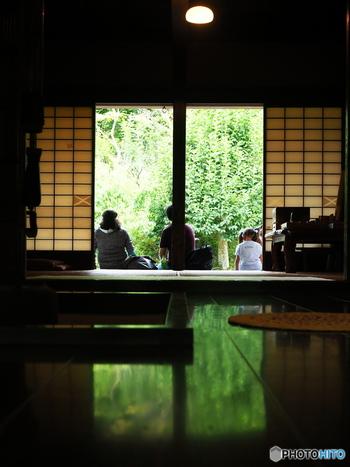 山と茶畑に囲まれた静岡市の大沢地区では、茶農家を営む一般の人たちが自宅の縁側を開放してお茶をもてなしてくれるという「おおさわ縁側カフェ」が毎月第2・第4日曜にオープンしています。静岡ならではの風景と人柄に出合える心温まるひととき。かなり穴場のスポットです!
