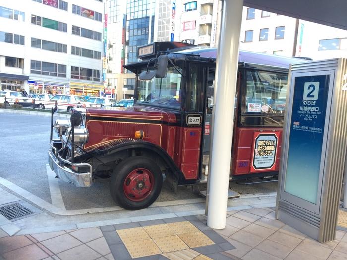 川越氷川神社の最寄り駅は、川越駅または本川越駅です。東京からは、渋谷駅から川越駅、または西武新宿駅から本川越駅のアクセスで、どちらも約45分で行けますよ。池袋駅から川越駅までは約30分です。  最寄り駅に着いたら、まずバスに乗りましょう。東武バスの場合は、「川越氷川神社」停留所からすぐ、または「喜多町」停留所からは徒歩約5分で到着します。  ほかに、川越の観光名所を巡るレトロな趣の「小江戸巡回バス」でも行くことができますよ。川越駅・本川越駅のどちらからでも乗車可能で「氷川神社前」停留所で降りたらすぐ到着です。「小江戸巡回バス」は、特典付き「一日フリー乗車券」もありますので、あわせてチェックしてみてくださいね♪