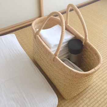 自然素材で出来たカゴバッグは、軽くて丈夫なうえ柔らかいので赤ちゃんが触れても安心。家事のタイミングでベビー布団を移動させなくてはいけない時も、基本のセットをまとめたこのバッグをひとつ持ち運べば、どこでもおむつ替えができます。