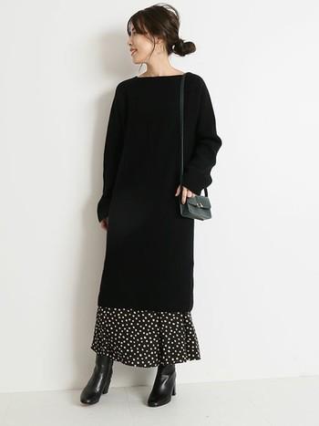 広がりやすいフレアースカートを、ワンピースのレイヤードですっぽりおおって、Iラインを作りだす着こなしもおすすめ。柄スカートがアクセントになって、センスあるコーデに仕上がります。