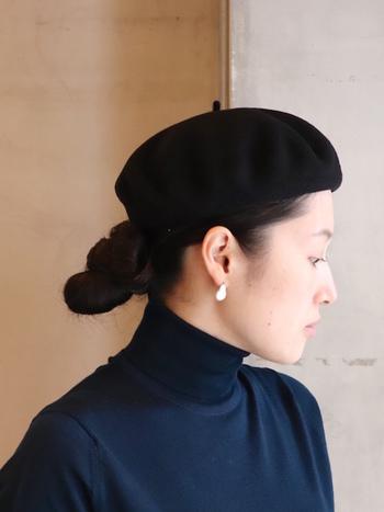 タートルネックの場合、ダウンヘアだと重たく見えてしまうので、まとめ髪でスッキリと見せるのが着やせのポイント。さらに帽子を合わせて目線を上に向かせると、縦長ラインを強調してくれます。