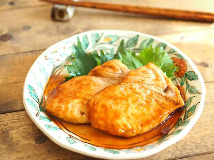 あっさりとした淡白な味わいのメカジキを生姜焼きのたれでからめたレシピです。 オリーブオイルで焼いたメカジキとたれを合わせて煮詰め、そのまま蓋をして蒸らすと味がしみておいしくなります。 簡単だけどヘルシーでごはんもすすみますね。  ▼栄養ポイント▼ メカジキはビタミン類、アミノ酸などがバランスよく含まれます。 また、その他高血圧を予防してくれるカリウム、血をさらさらにしてくれて頭の働きを良くしてくれるDHAやEPAが豊富含まれています。 カルシウムの吸収をよくするビタミンD、抗酸化作用があって細胞の老化を防ぐビタミンEも多く含んでいて、健康と美容にいいお魚です。