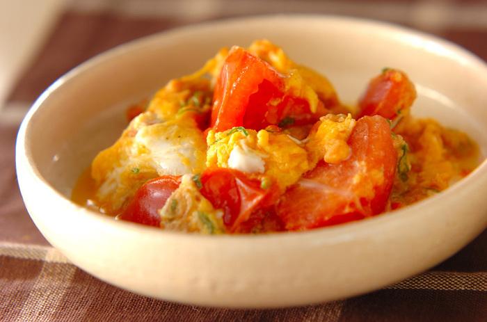 あともう一品っていう時にささっと作れる簡単レシピ。 フライパンで切ったトマトをツナ、青ネギをサッと炒めて、最後に調味料を混ぜた卵を流し入れて出来上がりです。 トマトの赤と卵の黄色が鮮やかで朝食にもぴったりな献立ですね。  ▼栄養ポイント▼ がんや生活習慣病の予防や老化防止にいいといわれている「リコピン」が豊富に含まれているトマト。 火を通すとたくさん食べれて、卵と混ぜることで酸っぱさがまろやかになります。