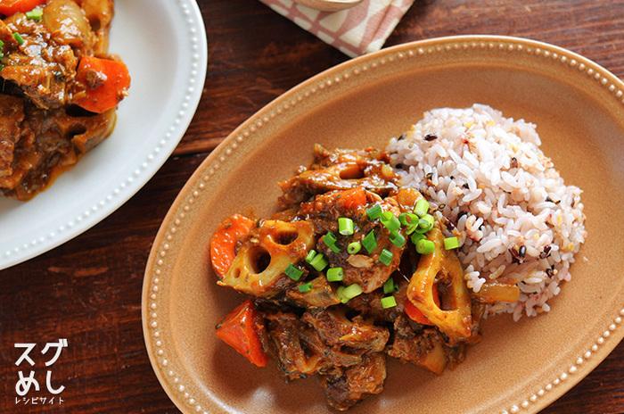 ごろっと切ったれんこんや人参などの根菜の食感が楽しいサバのカレー炒め煮です。 ザクザクと切った野菜を炒めて、最後にサバ缶とカレールーを入れて仕上げます。 付け合せを雑穀ごはんにすると、さらに栄養がアップ。  ▼栄養ポイント▼ 食物繊維の多いれんこんや人参をあえて大きく切ることでよく噛んで食べることができます。 食欲がそそるカレーにすることで、サバ缶の風味が苦手な方でも美味しく食べることができて、栄養もしっかりと摂れます。