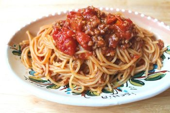 具材の材料とスパゲティを全て耐熱容器に入れて、レンジでチンしただけでできる簡単レシピです。 お鍋やフライパンを使わないので、洗い物も少なくて嬉しいですね。  ▼栄養ポイント▼ トマト缶に含まれるリコピンやお肉に含まれてるタンパク質はしっかりと摂ることができますが、野菜が不足しているので、刻んだパセリをパラパラとかけたり、ゆでたブロッコリーなどを添えたりして、さらに栄養アップさせましょう。