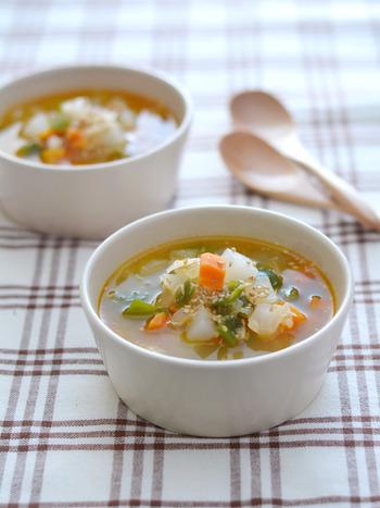 大根やにんじんなどの野菜とツナが入ったスープです。味の決めてはラー油とごま。 寒い季節に食べると温まりそうですね。  ▼栄養ポイント▼ 具に入れる野菜は冷蔵庫にあるものやスーパーの特売のものでOK。いろいろな色の野菜を入れることで見ためもキレイで栄養価もアップします。 ラー油のピリ辛で新陳代謝も高まりそうですね。
