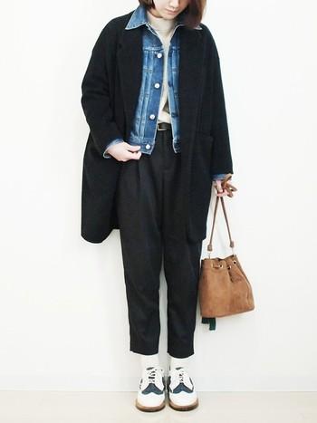 黒のチェスターコートに黒のパンツをON。全体的にモノトーン寄りのコーデですが、ここにデニムジャケットを重ねると程よいカジュアルさが加わりお洒落さんに早変わりします。