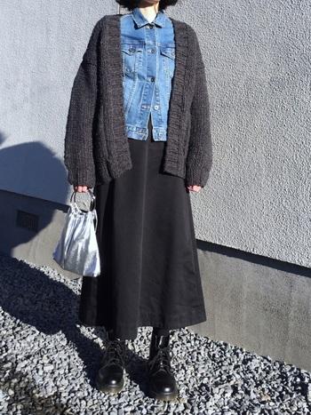 オールブラック系のコーデに明るめデニムという異素材を投入すると、襟のきちんと感からも手伝ってスッキリ見え、加えてバッグや靴などの小物も引き立つコーデになっています。