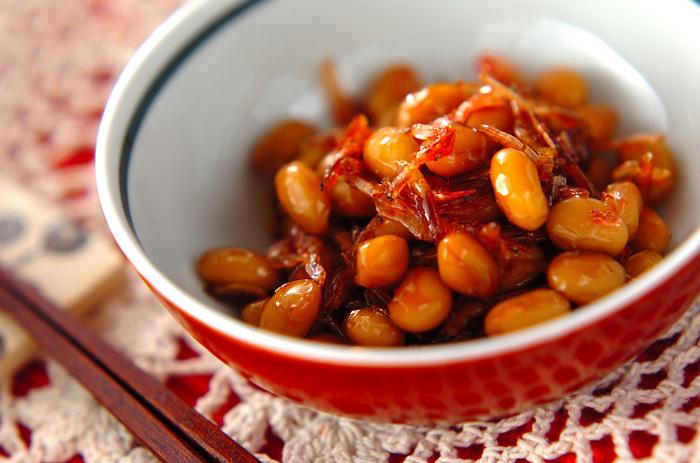 主食だけでなく、おかずにも使える桜えび。こちらの「大豆と干し桜エビの煮物」は、水煮の大豆と干し桜えびがあれば簡単に作れる懐かしい味わいのおかずです。水煮大豆も干し桜えびも長期保存できるので買い置きしておくと忙しい夜に助かりそう。