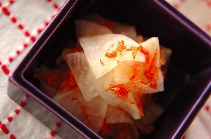 大根と桜えびを作り置き甘酢で和えた「大根と干し桜エビの酢の物」。少ない材料で手早く作れるだけでなく、見た目も紅白で美しいので、おもてなしの一品にもピッタリ。