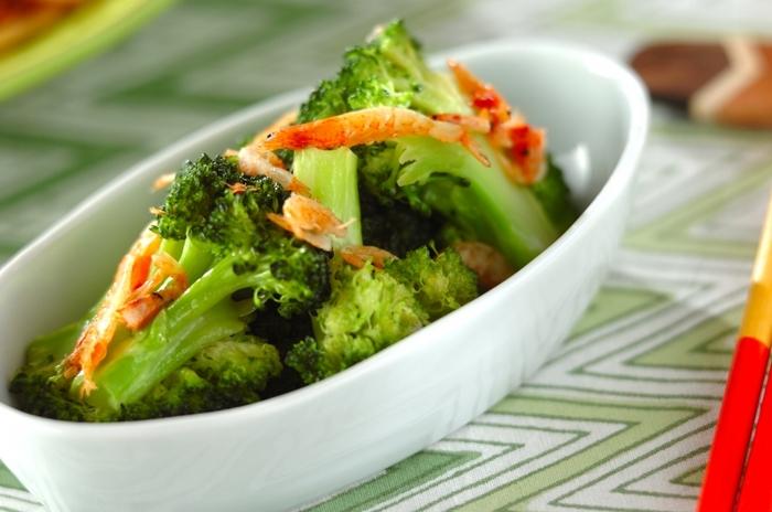 様々な食材と組み合わせてさらに彩りと食感、風味をアップしてくれる桜えびは、グリーンの野菜とも相性バッチリです。こちら「桜エビとブロッコリーのナンプラー蒸し」は、レシピ名とおりに、ちょっとエスニックな味わいがクセになりそうな、食欲をそそる副菜です。