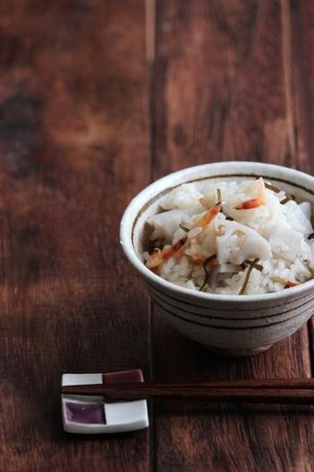 炊き込みごはんも美味しいけれど、もち米でつくるおこわもおすすめです。れんこん、桜えび、塩昆布のシンプルながら食感も味わいも◎のおこわは、電子レンジで簡単に作れるので覚えておくと重宝しそう。