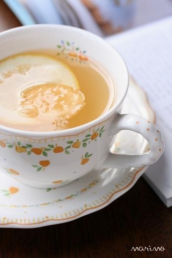 レモンとショウガをブランデーに漬けたものを使う、大人の味のドリンク。1日あれば漬けられるので、前日に準備しておけばOKです。飲み方もとっても簡単。お湯で薄めて、砂糖をお好みの量だけ加えましょう。砂糖の種類や量をその場で調整できるのでヘルシーですね♪
