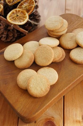 まあるい形がかわいらしいジンジャークッキー。ショウガのほかに、シナモンも効いています。すりおろしたショウガを使っていますが、ジンジャーパウダーでもOK♪型抜きクッキーなので、お好みの形にアレンジして楽しんでみましょう。