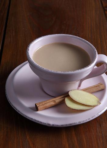 お鍋で作るミルクティーのレシピ。茶葉と一緒にショウガやシナモンスティックも入れて蒸らします。濾したあとに、仕上げのはちみつを加えましょう。たっぷりのミルクとはちみつでコクのある味わいです♪