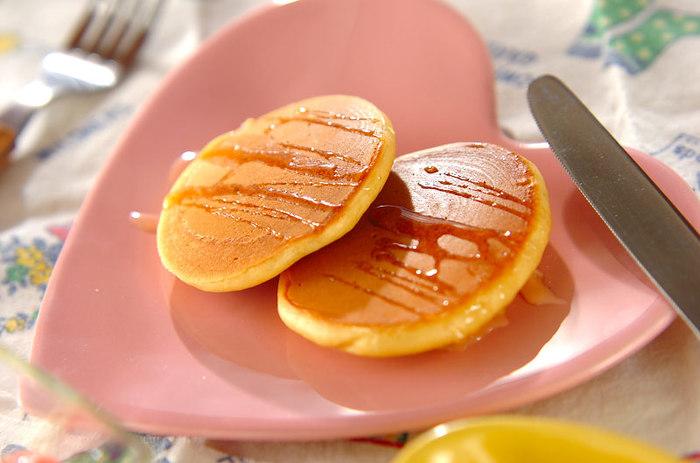 見た目はいつものホットケーキでも……食べるとショウガの香りがほんのり!ジンジャーパウダーで簡単にアレンジできる、ホットケーキのレシピです。ホットケーキミックスを使うのでとっても簡単。仕上げにはちみつをまわしかけましょう♪