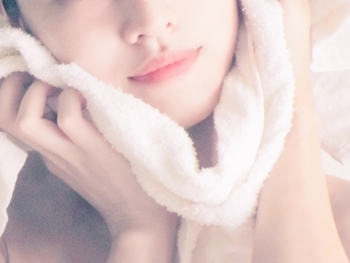 お風呂上りの濡れた肌は、無防備で敏感な状態。タオルで拭く時も、肌を押さえるように優しく拭きましょう。