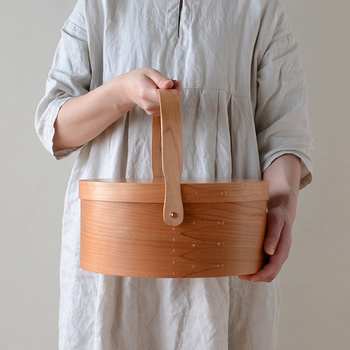 こちらはスイングハンドルが付いた可愛いデザイン。移動に便利なハンドル付きのシェーカーボックスは、裁縫道具や日用品をはじめ、ティーセットの収納にもおすすめです。ライフスタイルに合わせてお気に入りのデザインを選んでみてはいかがでしょうか。