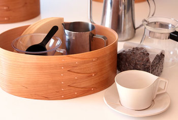 こちらのようにドリッパーやフィルターなど、コーヒー器具の収納にも活躍してくれます。シェーカーボックスに必要な道具を収納しておけば、いつでも美味しいコーヒーを味わうことができますよ。